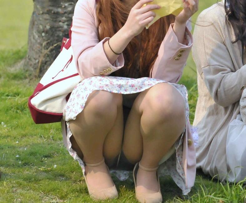 公園 芝生 パンツ 休日 パンチラ エロ画像【15】
