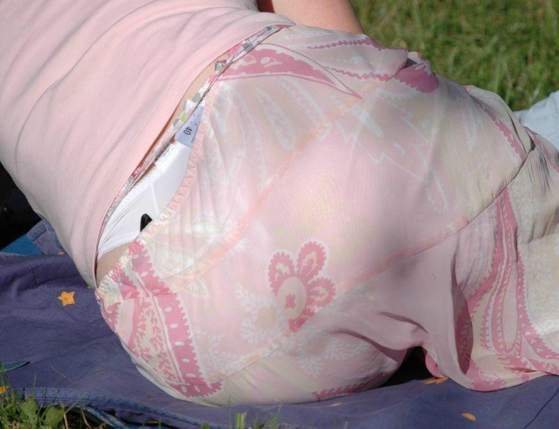 公園 芝生 パンツ 休日 パンチラ エロ画像【20】