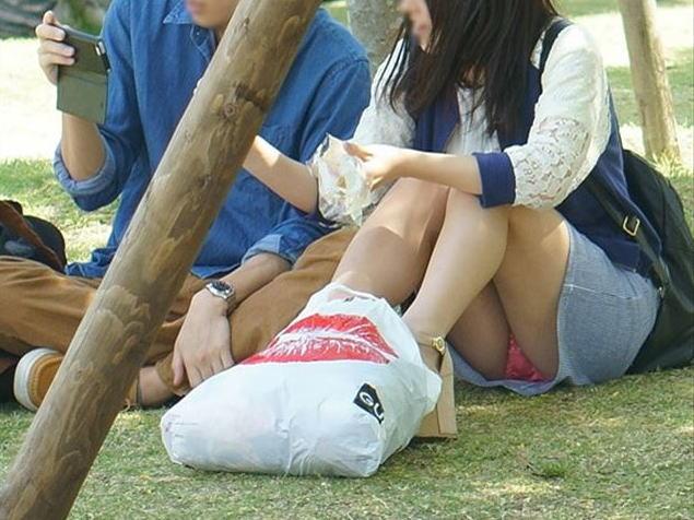 公園 芝生 パンツ 休日 パンチラ エロ画像【29】