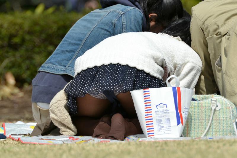 公園 芝生 パンツ 休日 パンチラ エロ画像【33】