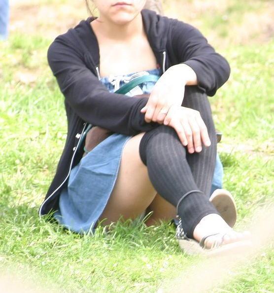 公園 芝生 パンツ 休日 パンチラ エロ画像【34】