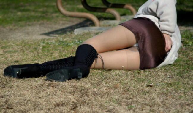 公園 芝生 パンツ 休日 パンチラ エロ画像【36】