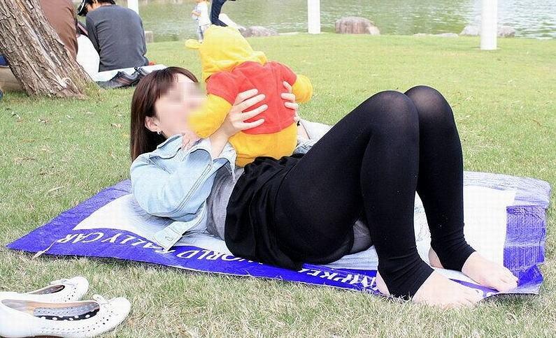 公園 芝生 パンツ 休日 パンチラ エロ画像【41】