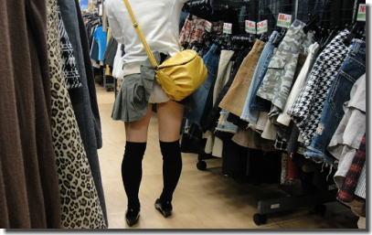 鞄の悪戯パンチラ画像!バッグにスカートが引っ掛かりパンツが見えるハプニング ①