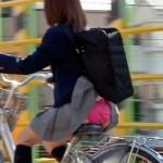 鞄の悪戯パンチラ画像!バッグにスカートが引っ掛かりパンツが見えるハプニング
