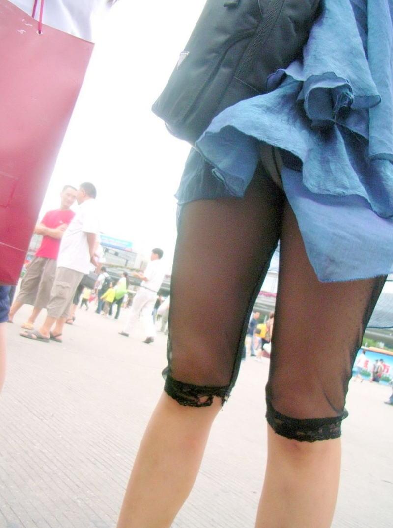 鞄 パンチラ バッグ スカート 引っ掛かる パンツ ハプニング エロ画像【3】