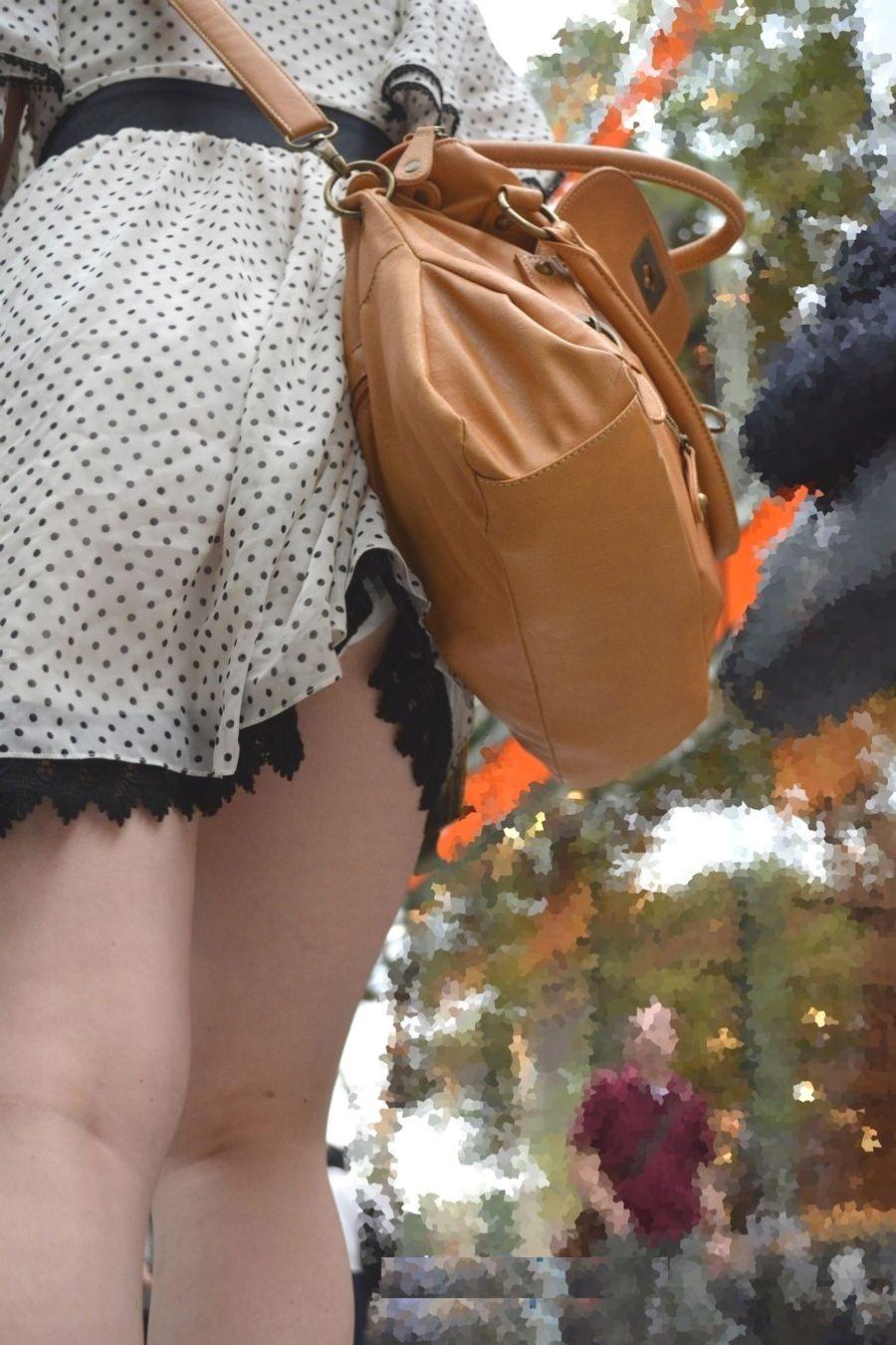 鞄 パンチラ バッグ スカート 引っ掛かる パンツ ハプニング エロ画像【6】