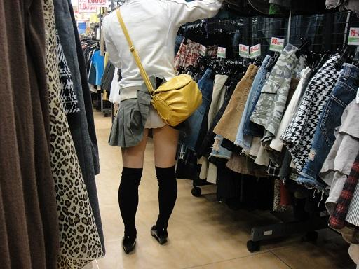 鞄 パンチラ バッグ スカート 引っ掛かる パンツ ハプニング エロ画像【8】