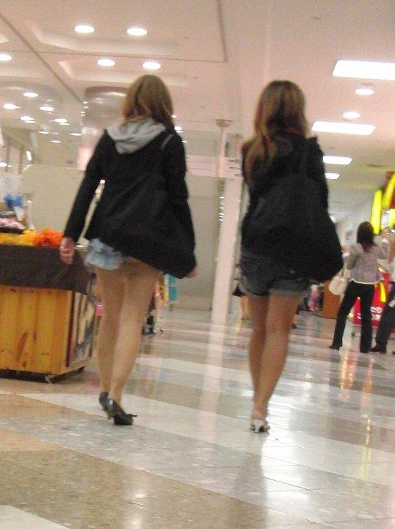 鞄 パンチラ バッグ スカート 引っ掛かる パンツ ハプニング エロ画像【9】