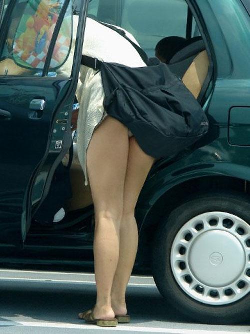 鞄 パンチラ バッグ スカート 引っ掛かる パンツ ハプニング エロ画像【10】