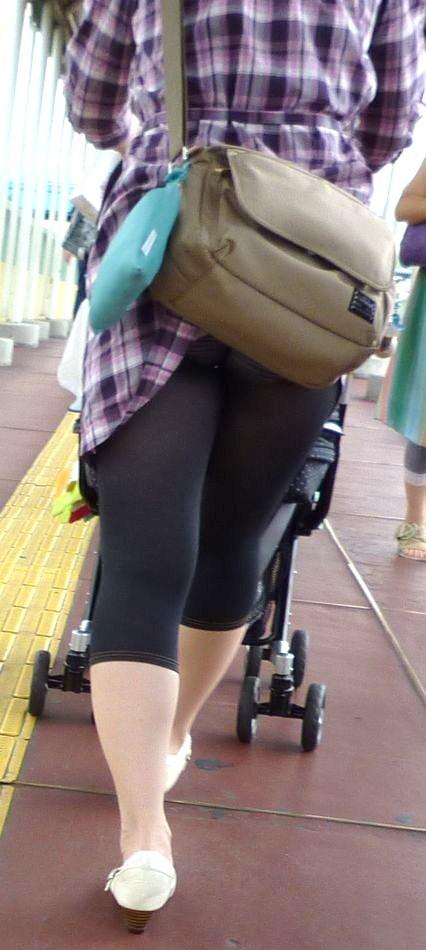 鞄 パンチラ バッグ スカート 引っ掛かる パンツ ハプニング エロ画像【12】