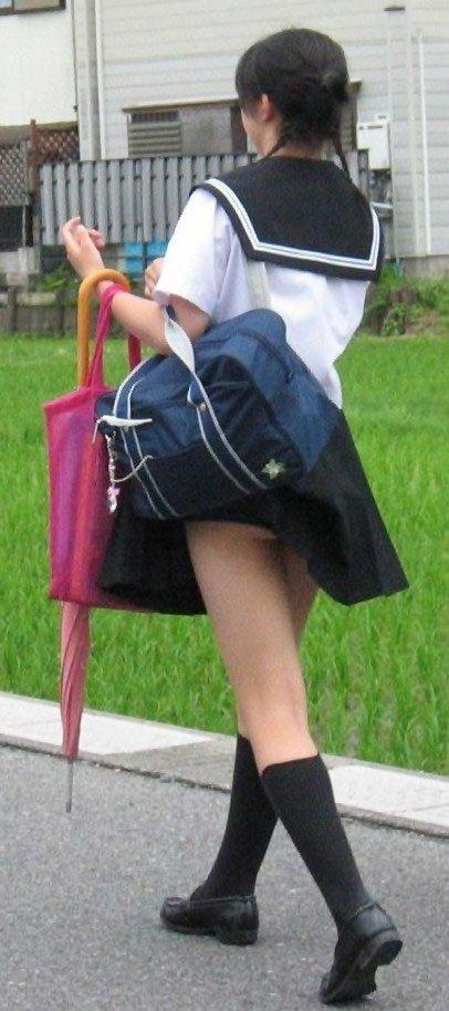 鞄 パンチラ バッグ スカート 引っ掛かる パンツ ハプニング エロ画像【15】