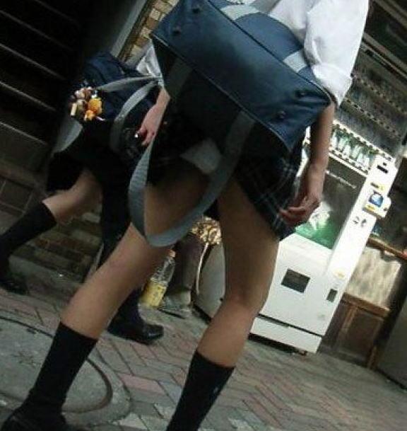 鞄 パンチラ バッグ スカート 引っ掛かる パンツ ハプニング エロ画像【19】