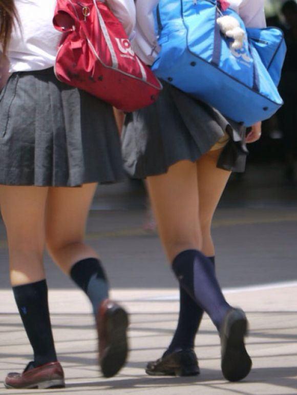 鞄 パンチラ バッグ スカート 引っ掛かる パンツ ハプニング エロ画像【20】