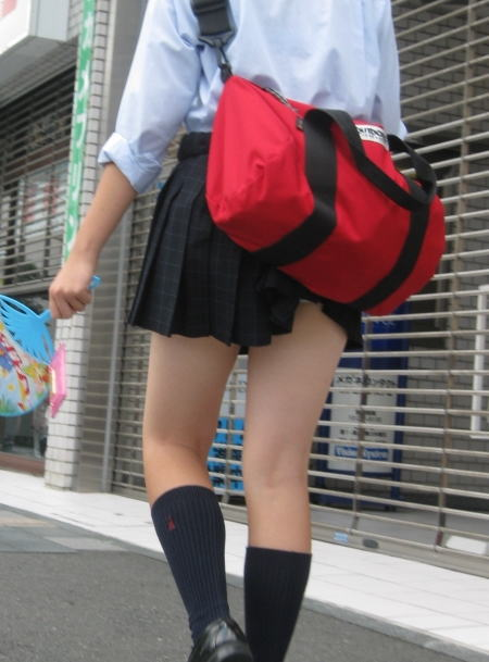 鞄 パンチラ バッグ スカート 引っ掛かる パンツ ハプニング エロ画像【21】