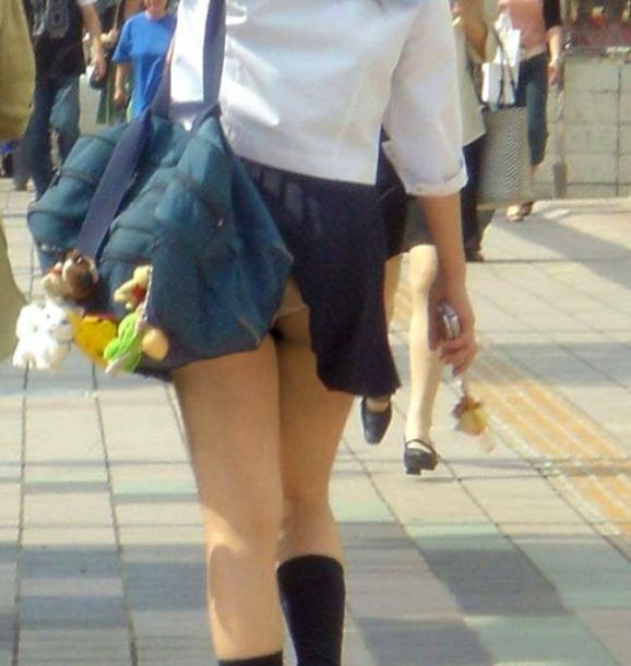 鞄 パンチラ バッグ スカート 引っ掛かる パンツ ハプニング エロ画像【26】