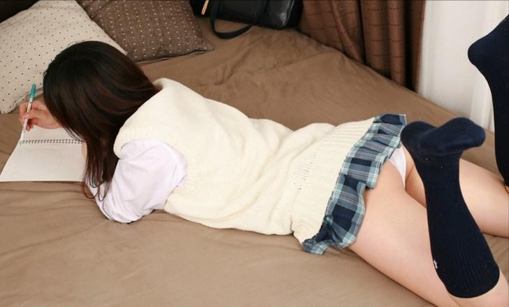 腹ばい パンツ うつ伏せ パンチラ エロ画像【4】