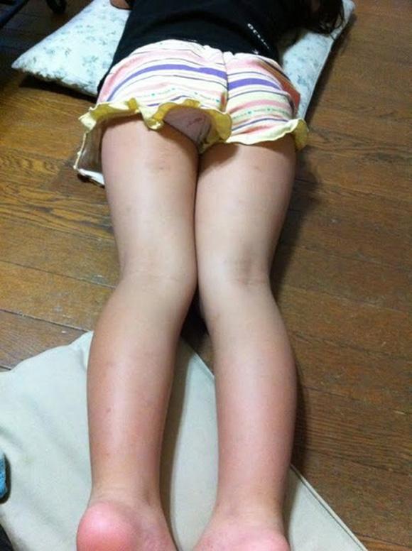 腹ばい パンツ うつ伏せ パンチラ エロ画像【15】