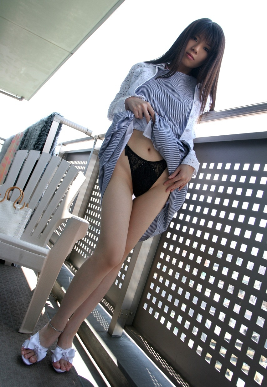 パンツ ヘソ ワンピース 裾 たくし上げ パンモロ エロ画像【6】