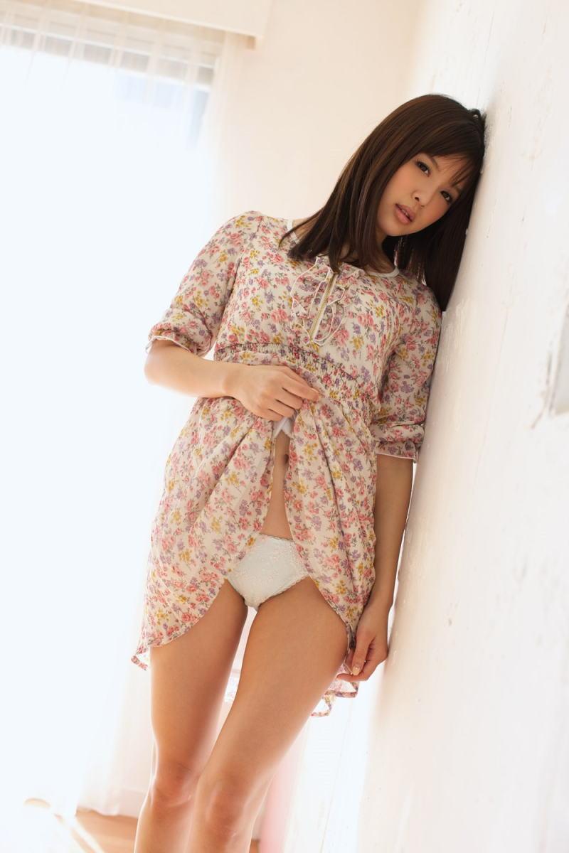 パンツ ヘソ ワンピース 裾 たくし上げ パンモロ エロ画像【22】