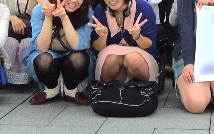 【集合写真パンチラ】前列の女子のパンツがチラチラと見えてるのがコチラwww【ズ~ムありあり】