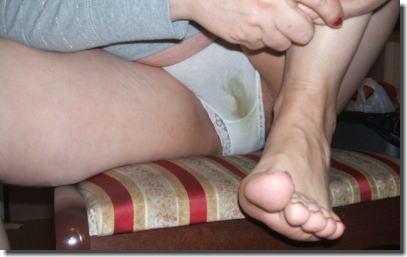 おばさんのマン汁でパンツが染みたシミパン熟女のエロ画像 ①
