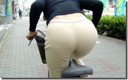 街中でおばさんのお尻が透けパンしてる熟女街撮りエロ画像 ③