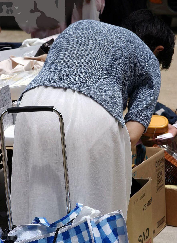 街中 おばさん お尻 透けパン 熟女 街撮り エロ画像【12】