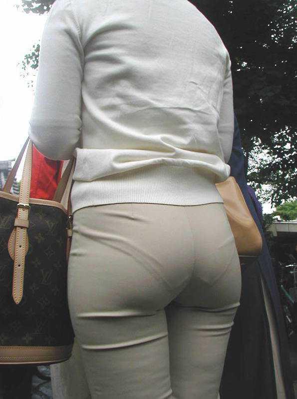 街中 おばさん お尻 透けパン 熟女 街撮り エロ画像【13】