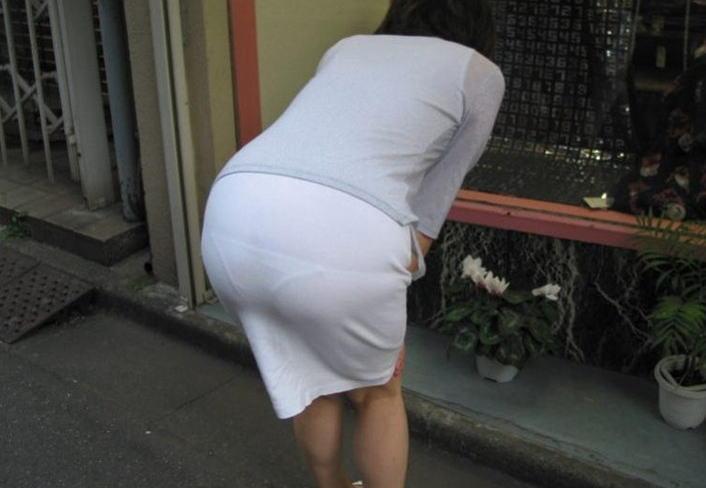 街中 おばさん お尻 透けパン 熟女 街撮り エロ画像【14】