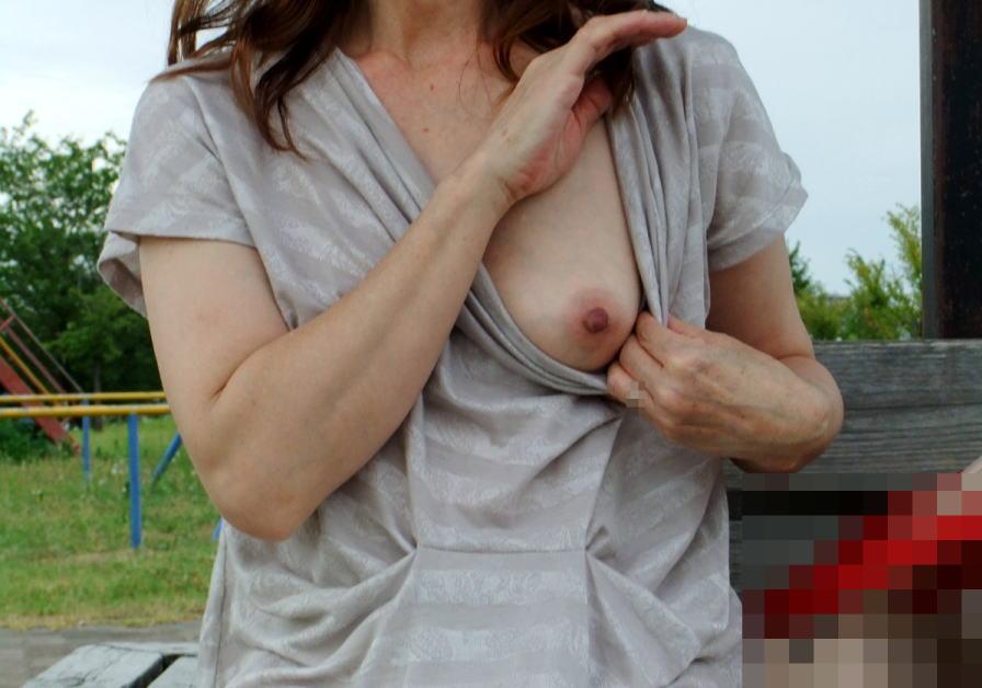 熟女 おっぱい 片乳 ポロリ おばさん エロ画像