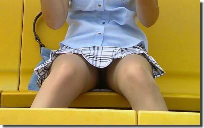 野外でマンチラ!ノーパンスカートのマンコ街撮りエロ画像 ③