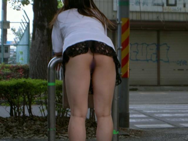 野外 マンチラ ノーパン スカート マンコ 街撮り エロ画像【8】