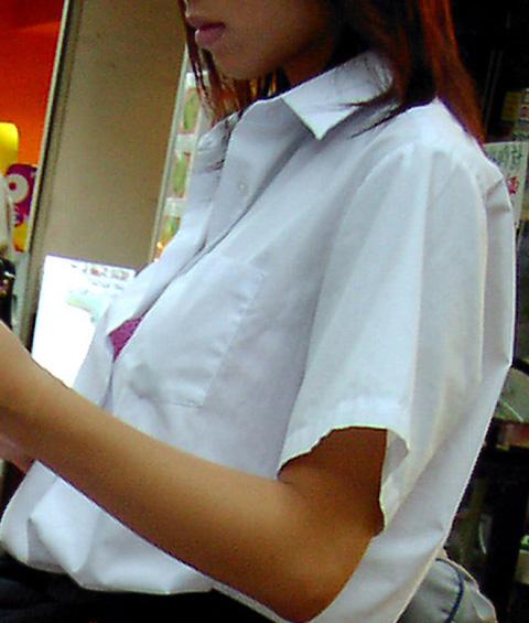 制服 乳首 ブラジャー JK 胸チラ エロ画像【2】