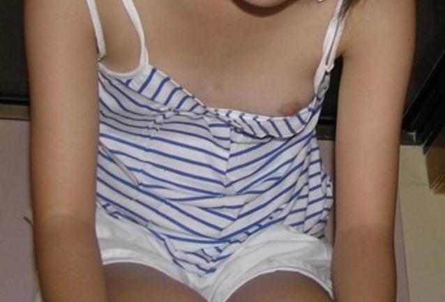 貧乳 ノーブラ 胸チラ 乳首 エロ画像