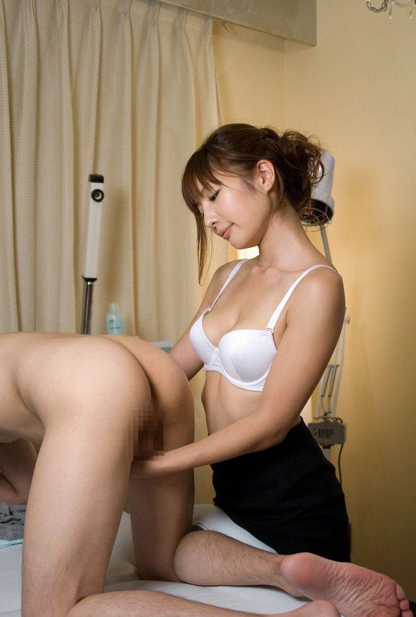 背後 手コキ M男 チンコ ビンビン エロ画像【2】