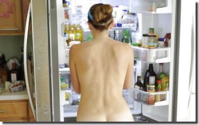 全裸で冷蔵庫のドアを開ける日本人と外国人の比較エロ画像 ③