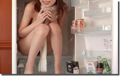 全裸で冷蔵庫のドアを開ける日本人と外国人の比較エロ画像 ④