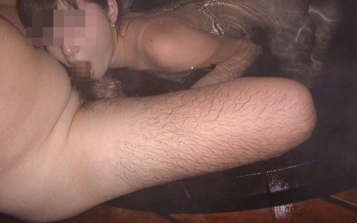 通報されたら即アウトな露天風呂セックス男女のエロ画像が流出www