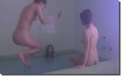 女子がお風呂でおふざけしたり記念写真を撮影しているエロ画像 ③