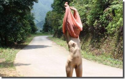 ガリガリボディを屋外で晒す細い女性の野外露出エロ画像 ④