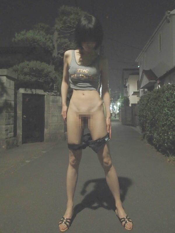 ガリガリ 屋外 細い女 野外 露出 エロ画像【17】