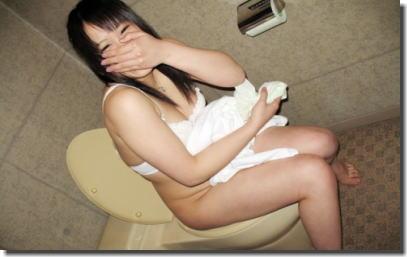 おしっこ中にトイレのドアを開けて反応を楽しむエロ画像 ①