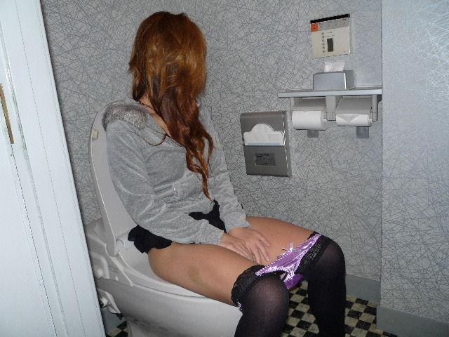 おしっこ トイレ ドア 開ける 反応 エロ画像【2】