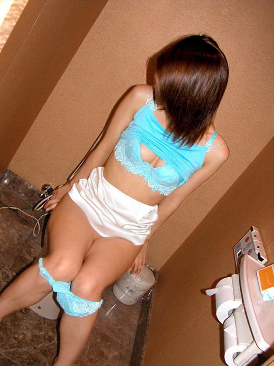おしっこ トイレ ドア 開ける 反応 エロ画像【3】