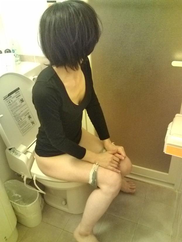 おしっこ トイレ ドア 開ける 反応 エロ画像【10】