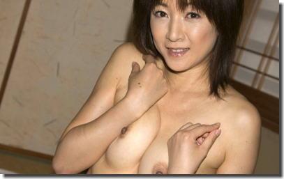 綺麗なおばさんが全裸になった美熟女ヌードのエロ画像 ②