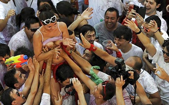 パーティー フェス どさくさ紛れ おっぱい 触る エロ画像【13】