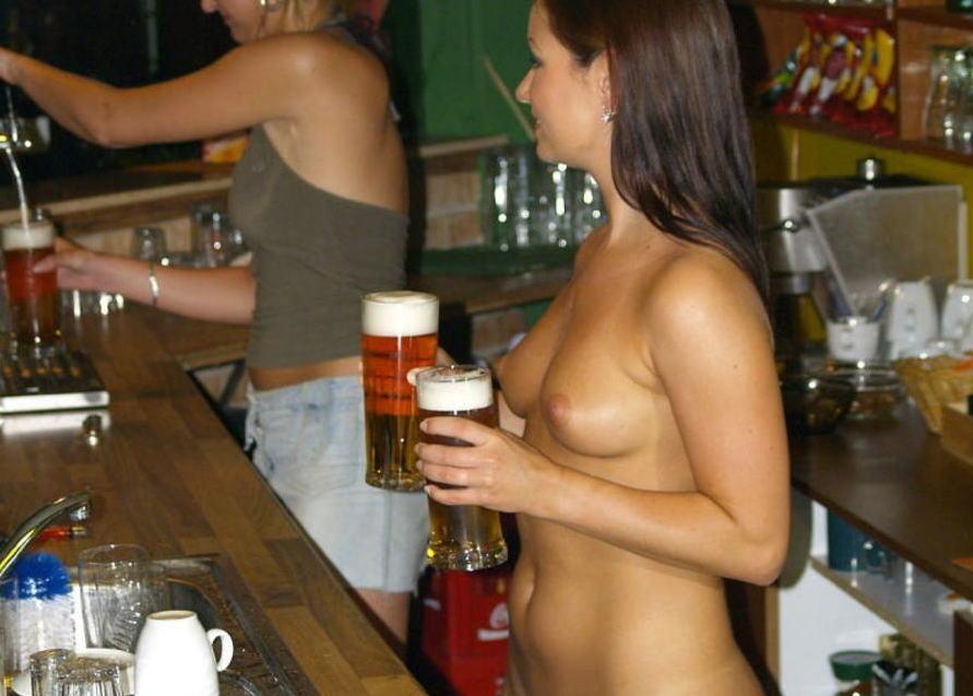 今すぐビールを飲みたくなる外国人ビアガールのエロ画像