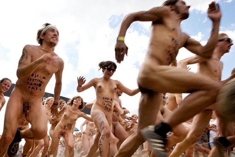 全裸 夏フェス デンマーク ロスキレ ネイキッドラン エロ画像